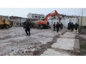 Burhaniye'de Eski Belediye Binası Yıkıldı