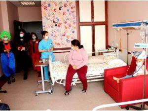 Hastanenin Çocuk Servisinde Tiyatro Gösterisi Düzenlendi