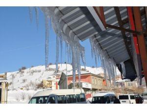 Sincik'te Dondurucu Soğuk Buz Sarkıkları Oluşturdu