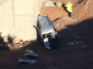Otomobil köprü inşaatına uçtu: 3 ölü