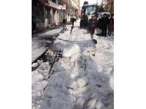 Çatıdan kar kütlesi düştü: 1 kişi öldü, araç kullanılamaz hale geldi