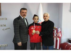 Türkiye Şampiyonu Emine Göğebakan, Uslu'yu Ziyaret Etti