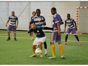 Farklı din ve renklerde düzenlenen futbol turnuvasında kardeşlik mesajı verildi