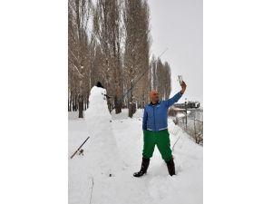 Yaptığı Kardan Adam İle Birlikte Balık Tuttu