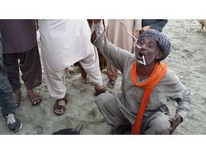 Pakistanlı adam, yılanı burnundan sokup ağzından çıkardı