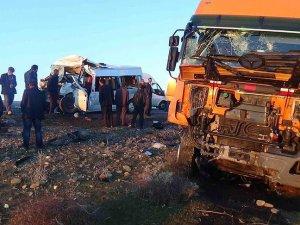 Diyarbakır'da öğrencileri taşıyan minibüs ile tır çarpıştı: 5 ölü