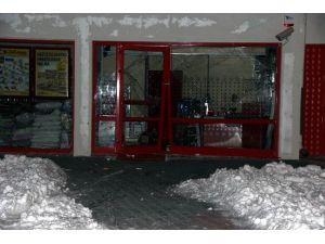 Arabayla Kapısını Kırdıkları Marketi Soydular