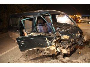 Otomobil İle Minibüs Çarpıştı: 3 Yaralı