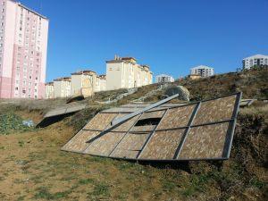 Rüzgarda yıkılan dev reklam panoları çevreyi kirletiyor