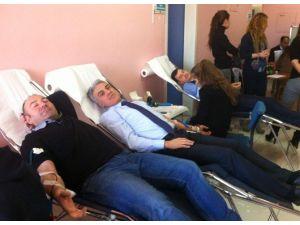 Sağlık Personelinden Kızalay'a Kan Bağışı