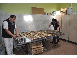 Sandıklı'da İhtiyaç Sahibi Ailelere Her Gün Sıcak Yemek Dağıtılıyor