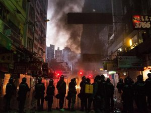 Hong Kong'da çıkan olaylarda 90 polis yaralandı