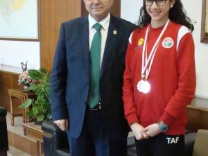 Aydın Emniyet Müdürü Böğürcü başarılı polis kızını ödüllendirdi