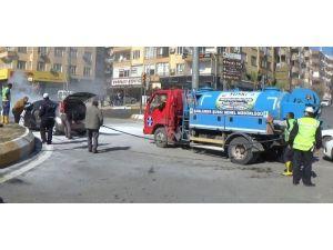 Yanan Otomobili Belediye Çalışanları Söndürdü