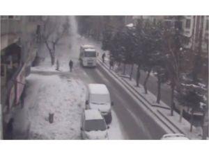 Bir kişinin ölümüne neden olan çatıdan düşen karlar kamerada