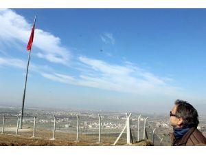 Tepeye Dev Türk Bayrağı Asıldı