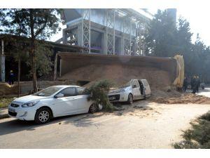 TIR'ın dorsesi devrildi, üç araç zarar gördü