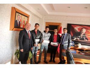 Kaymakam Çetin'den 3 Öğrenciye Bilgisayar Tablet Hediye