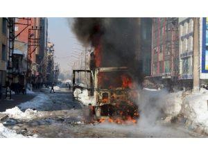 Yüksekova'da Atm Taşıyan Bir Kamyonet Ateşe Verildi