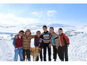 Kapanan Köy Yolu Çocukların Eğlencesi Oldu