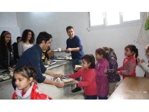 Üniversite Öğrencilerinden Suriyeli Yetimlere Yemek