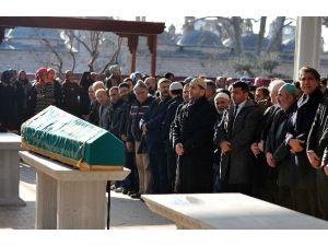 Fatih'te Çıkan Yangında Hayatını Kaybeden Genç Kız Toprağa Verildi