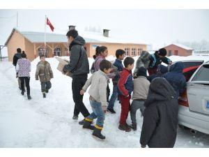 Köy Okulu Öğrencilerine Yardım