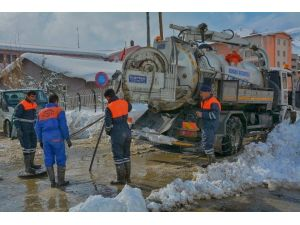 Hakkari Belediyesi Kar Kış Dinlemeden Çalışıyor
