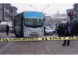 Ölüm kavşağında bir kişi daha otobüs altında kaldı