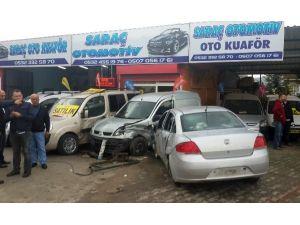 Aşırı Hızlı Otomobil Oto Galeriye Daldı: 2 Yaralı
