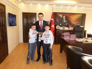 Başarılı İkizler Kaymakam Akpay Tarafından Altınla Ödüllendirildi