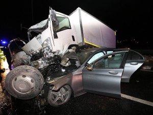 TEM'de otomobilin üzerine kamyonet düştü