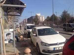 Rastgele park eden sürücüler durakların önünü kapatıyor