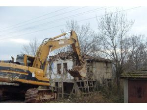 Hasancık'taki Metruk Yapı Yıkıldı