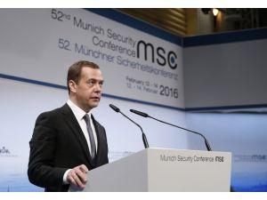 Medvedev: Rusya'nın sivilleri bombaladığının delilleri gösterilmedi