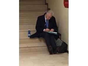 Eski Başbakan Monti hastanede herkes gibi muayene sırası bekledi