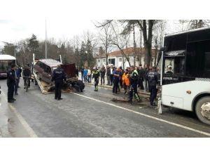 Otomobil Belediye Otobüsüne Çarptı: 2 Yaralı
