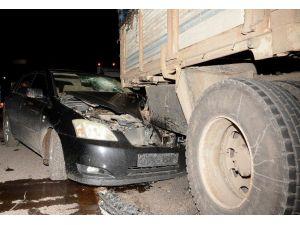 Otomobil Kamyona Çarptı: 1 Yaralı
