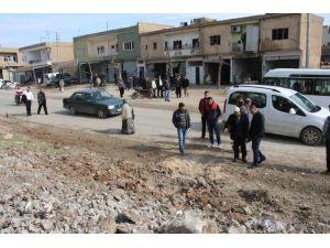Polis zırhlı aracının geçişi sırasında yol kenarınaki bomba patladı