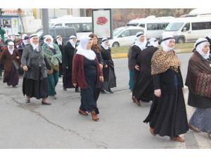 Diyarbakır'da Kadınlar 'Barış' İçin Sessizce Yürüdü
