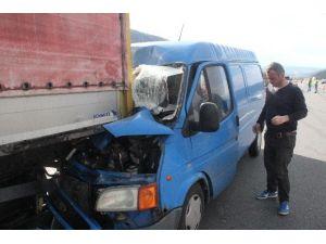 Sürücü Uyuyunca Minibüs Tır'ın Altına Girdi