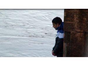 Ekiplerin, Meriç Nehri ortasında ikna olmayan gençle imtihanı