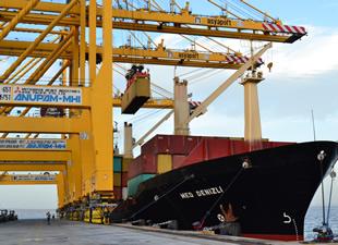 M/V MED DENIZLI Asyaport'a yanaştı ve ilk konteynerini indirdi