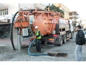 Büyükşehir Asat Ekipleri Manavgat'ta Yağmursuyu Hatlarını Temizliyor