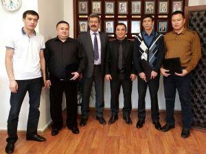 Eğitimlerini tamamlayan Kırgız hekimler sertifikalarını aldı