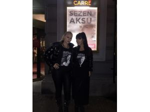 Amsterdam'da Hande Yener Ve Aylin Çoşkun'dan Sezen Aksu'ya Tişörtlü Mesaj