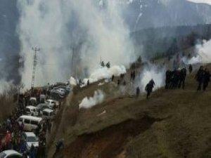 Artvin'de Askerin Geleceğini Duyan 2 Bin Kişi Yol Kapattı, Müdahale Başladı