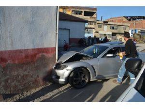 Yoldan Çıkan Otomobil Duvara Çarptı
