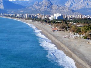 Konyaaltı sahili 70 metre kayboldu