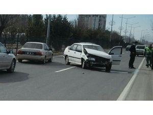 Adıyaman'da, İki Otomobil Çarpıştı